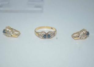 Subastas - Conjunto de Anillo y Pendientes De Oro 18K  Ambos Con piedras Semi-Preciosas